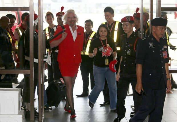 миллиардер переоделся в стюардессу